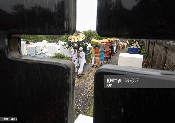 Relatives and friends of Heidi Murphy walk pass Christian graves during her funeral ceremony in Jimbaran on February 22, 2008. Australian clothes...