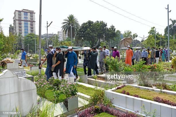 Relatives carry the body of Sarah Kabori for burial at Banani Graveyard. Bangladesh cinema legend Sarah Begum Kabori has died of Covid-19 in the...