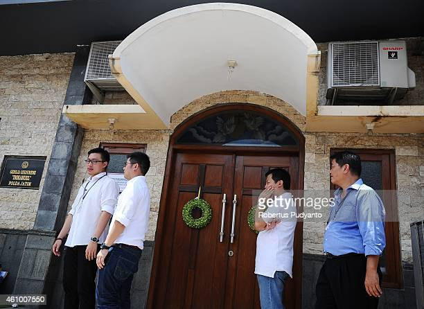 Relatives of AirAsia QZ8501victims attend to a prayer service at Immanuel Oikoumene Church on January 4 2015 in Surabaya Indonesia A massive recovery...