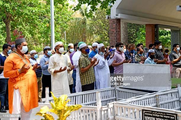 Relatives perform funeral prayers of Sarah Kabori at Banani Graveyard in Dhaka. Bangladesh cinema legend Sarah Begum Kabori has died of Covid-19 in...