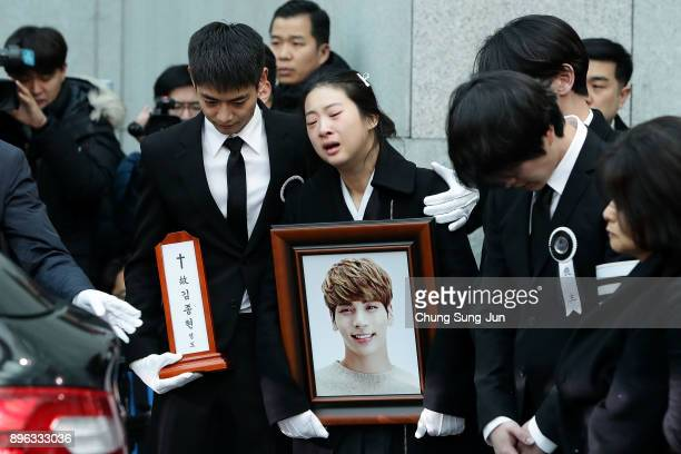 Relatives weep during the funeral of Jonghyun of SHINee at the hospital on December 21 2017 in Seoul South Korea The lead vocalist of the Kpop group...