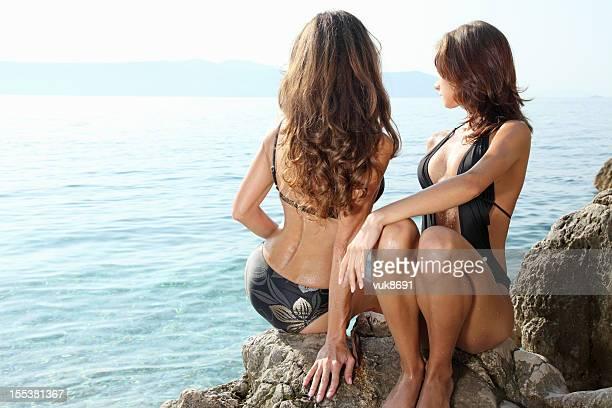 entspannen sie am meer - sexy girls stock-fotos und bilder