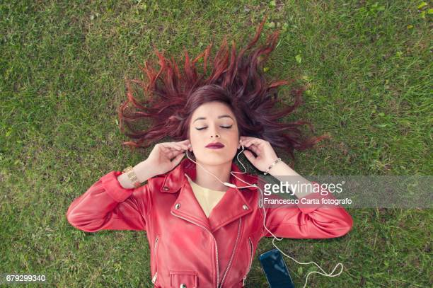 relax on the park - jeune fille rousse photos et images de collection