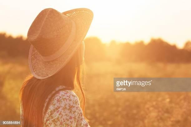 ontspanning in de natuur - strohoed stockfoto's en -beelden