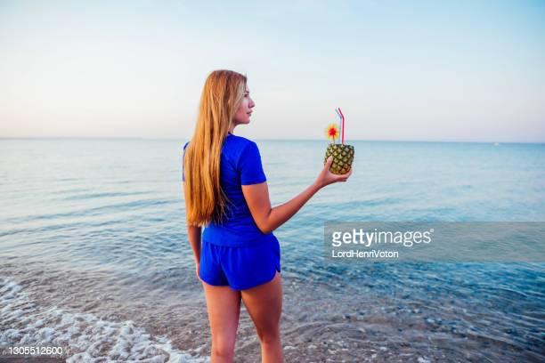 relax in spiaggia - henri coste foto e immagini stock