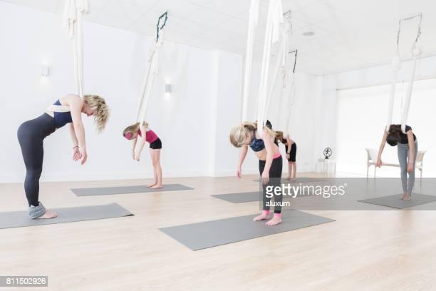 Pose de relajación durante la clase de yoga aérea