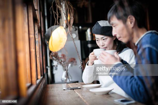relaxation time coffee conversation imaes - ミッドアダルト stock pictures, royalty-free photos & images