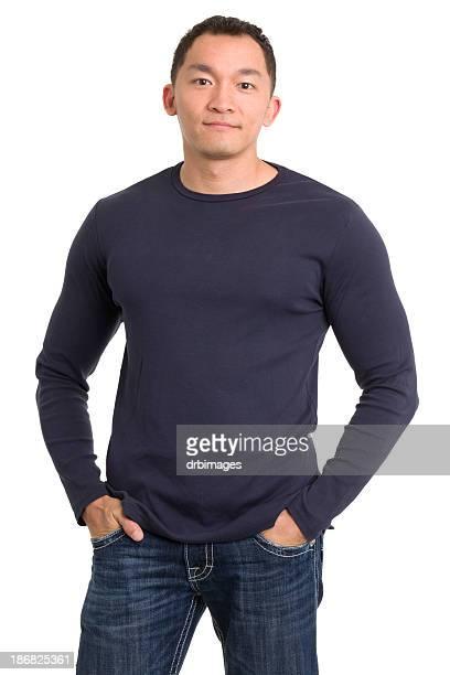 Lässig asiatischen Mann mit Händen in den Taschen