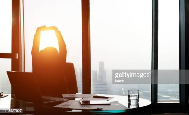 オフィスに戻って lening リラックスした実業家 - finale ストックフォトと画像