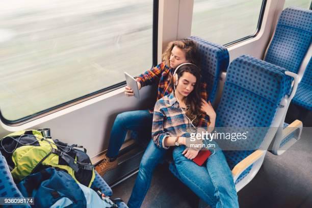 couple détendue, vous voyagez en train - ados lesbiennes en couple photos et images de collection