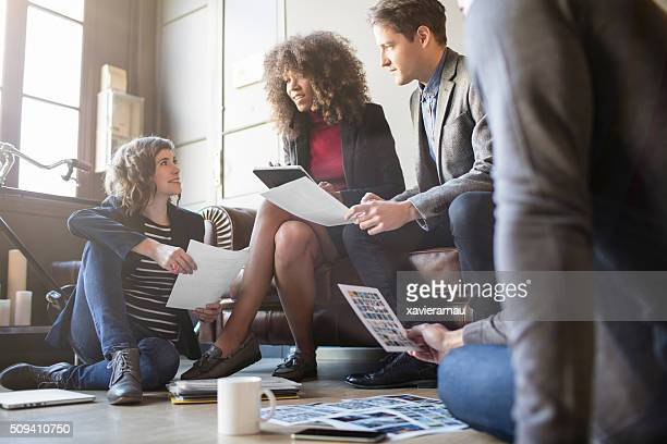 Descontraído as pessoas criativas, inovadoras no escritório