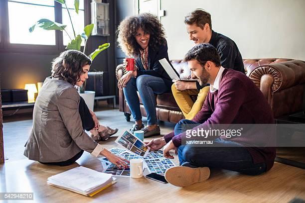 Entspannte kreative Menschen brainstorming im Büro