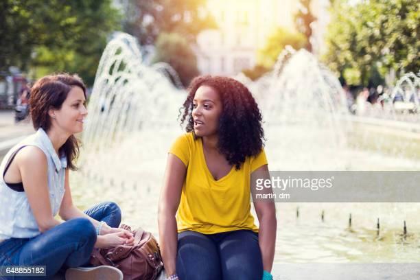 Relaxed Mädchen am Brunnen