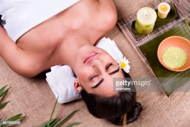 mujer joven hispana relajada en un spa tropical. wellness y spa tropical - piel bonita mujer desnuda tumbada fotografías e imágenes de stock