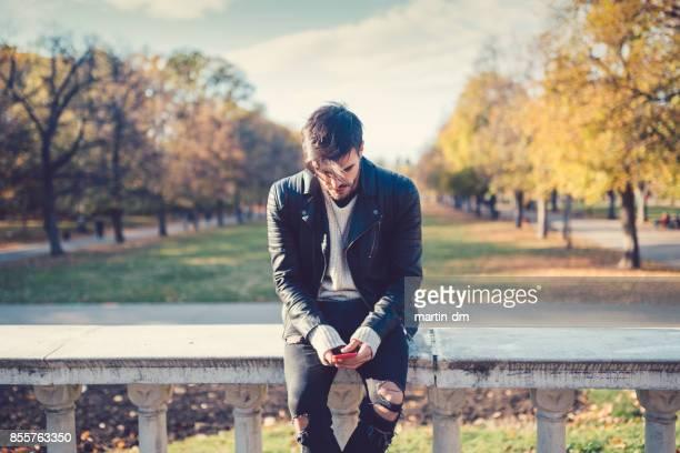 Hombre relajado en los mensajes de texto de Parque