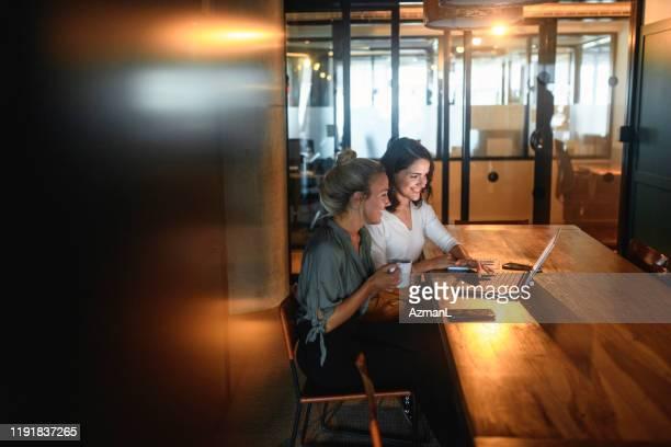 ontspannen lachende zakelijke collega's werken aan project - bewogen beeldtechniek stockfoto's en -beelden