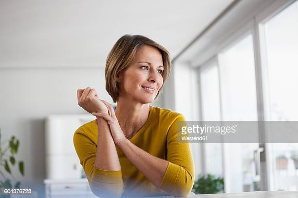 relaxed woman at home - langärmlig stock-fotos und bilder