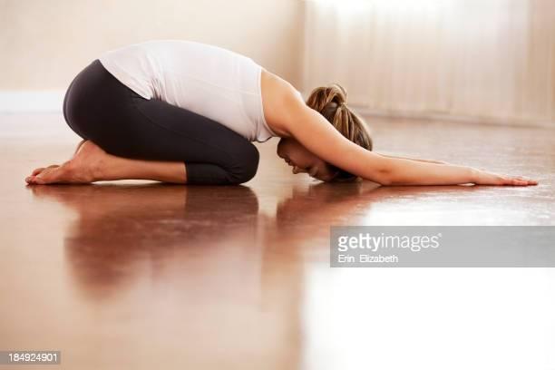 Femme décontractée, faire du yoga