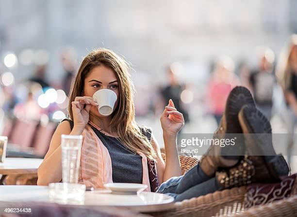 """Entspannte Frau trinken espresso Kaffee in einem Restaurant """"city Café""""."""