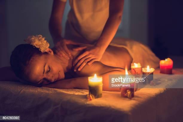 Détendue femme profitant d'un massage du dos au Spa.