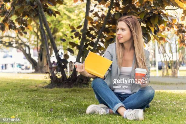 夏の日には本を読んでリラックスした女性。