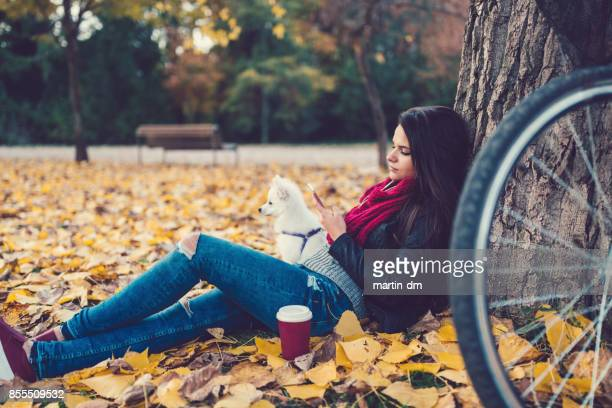 Texto femme détendue dans le parc en automne