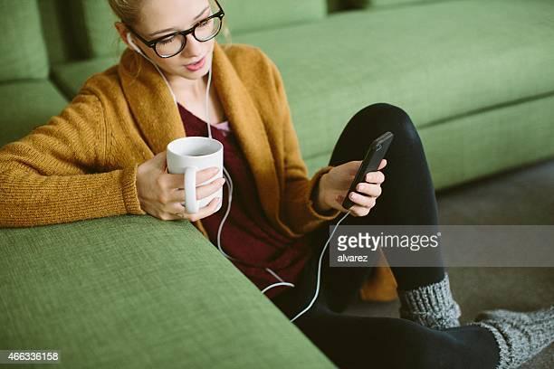 Tranquilo joven Chica escuchando música