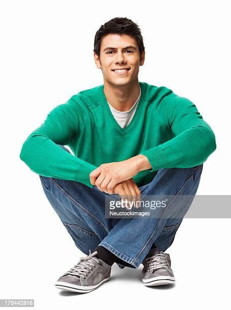 Relaxado jovem sentado no chão-isolado