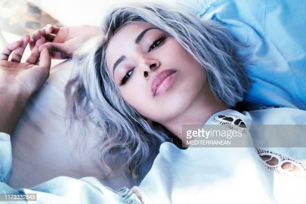 ontspannen jonge vrouw portret liggend - wit haar stockfoto's en -beelden