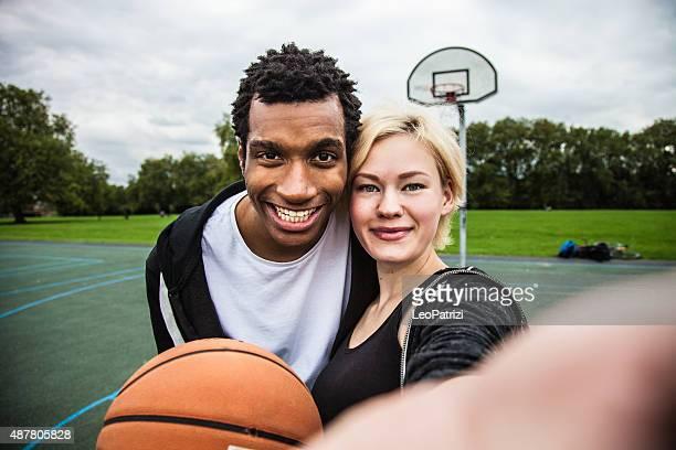 Détendre après le match de basket-ball au terrain de jeu