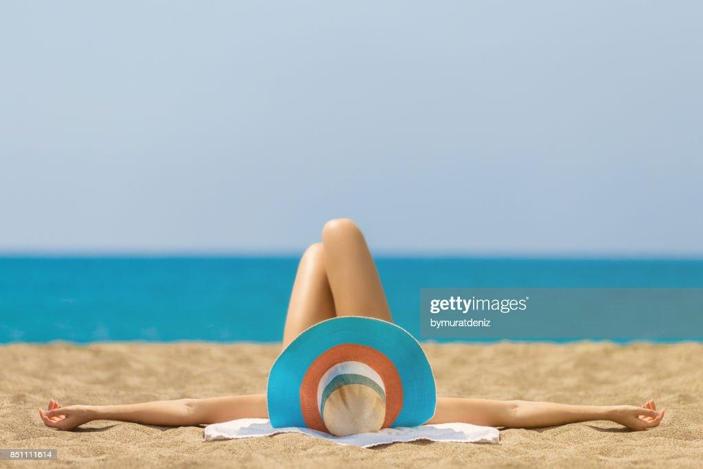 Koppla av och solbada vid stranden : Bildbanksbilder