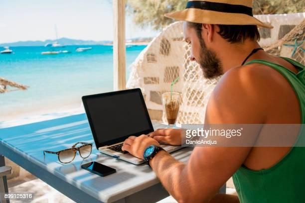 Relaxen und arbeiten am Strand