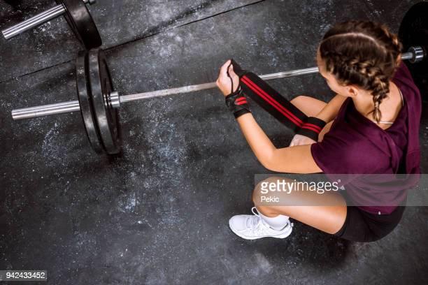 ジムでリラックス - kids weightlifting ストックフォトと画像