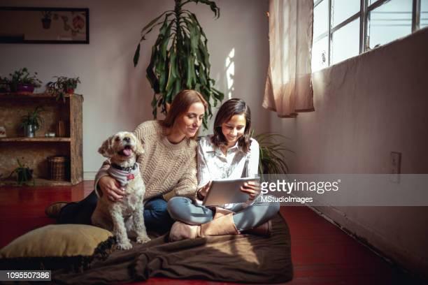relaxing at home - tempo foto e immagini stock