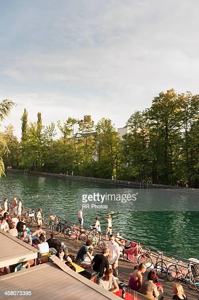 relaxante às margens de limmat, zurique, suíça - rio limmat - fotografias e filmes do acervo