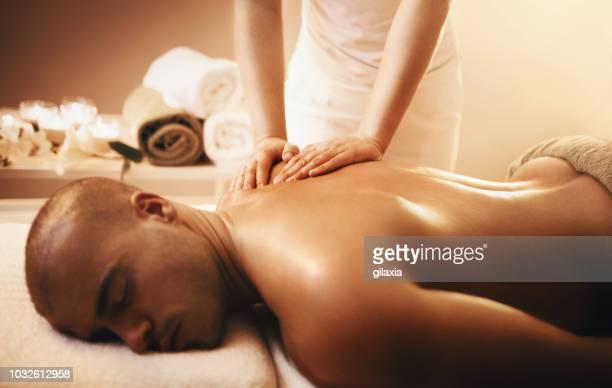 relajante masaje de espalda. - masaje hombre fotografías e imágenes de stock