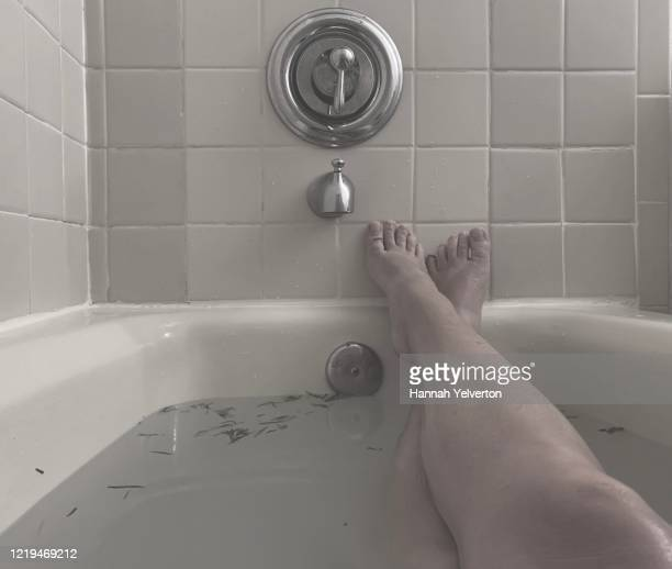 relaxing bath in black and white - massage tantrique photos et images de collection