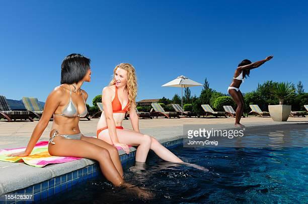 Descanse junto a la piscina