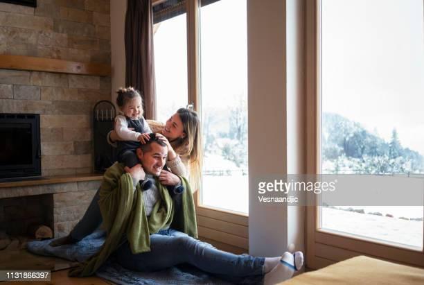 rilassarsi vicino alla finestra - inverno foto e immagini stock