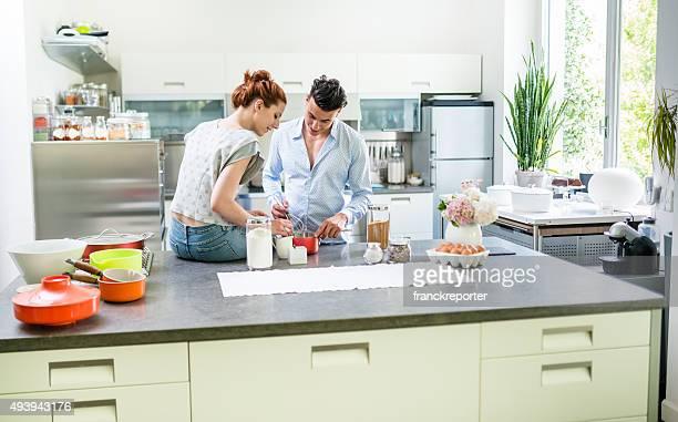 couple de détente dans la cuisine de cuisine