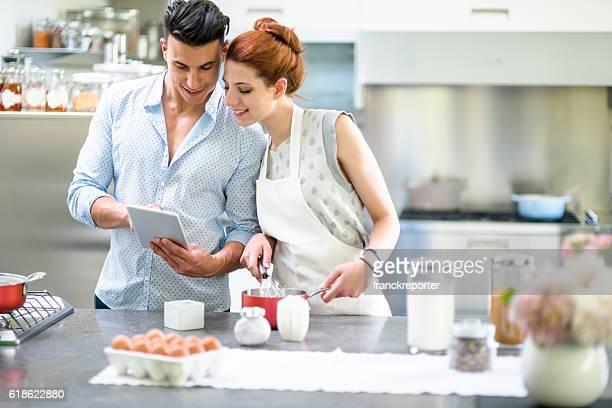 Pareja relajante en la cocina, COCINA