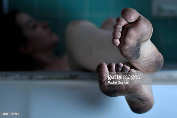 relaxing in bathtub with dirty feet - dirty feet stock pictures, royalty-free photos & images
