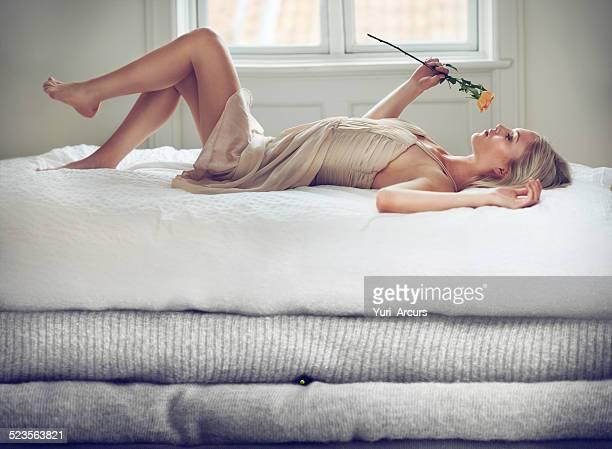 rilassante nella fiaba di lusso - donna mutande foto e immagini stock