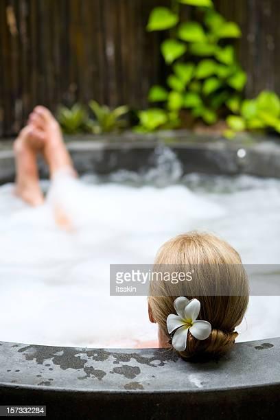 Rilassante nella vasca idromassaggio jacuzzi