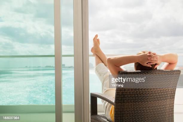 Descansa en el balcón del Hotel con vista panorámica de la playa y vista al mar