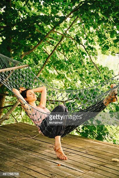 entspannen in der hängematte - terrassenfeld stock-fotos und bilder