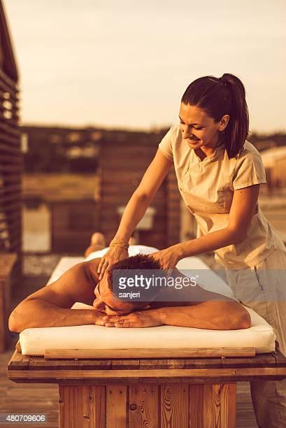 entspannter mann, spa-massage - erotische massage stock-fotos und bilder