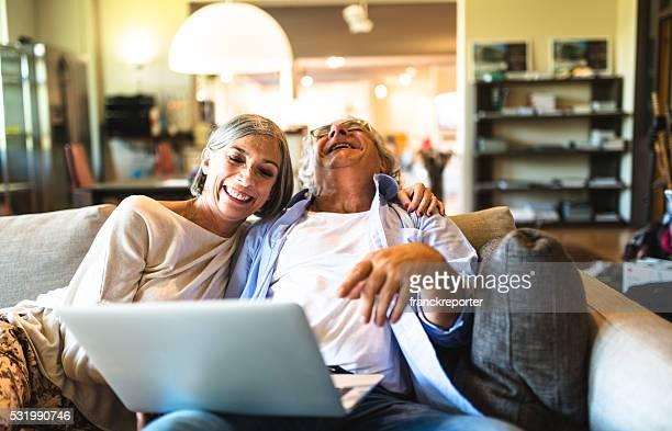 Entspannende Älteres Paar macht Online-shopping