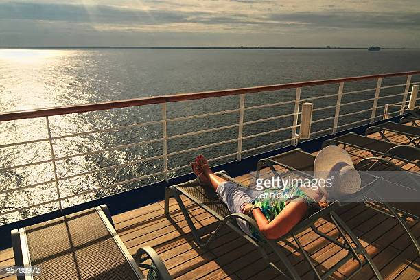 a relaxing morning at sea - kreuzfahrtschiff stock-fotos und bilder