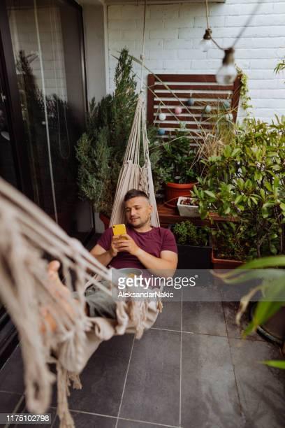 manhã de relaxamento no terraço - sacada - fotografias e filmes do acervo